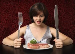 Девушка ест мясо