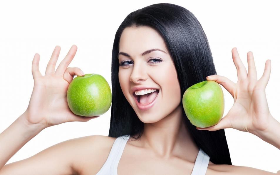 яблоки и девушка